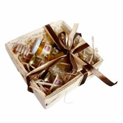 S7534 Zestaw prezentowy z miodem i woskową świecą w koszyku